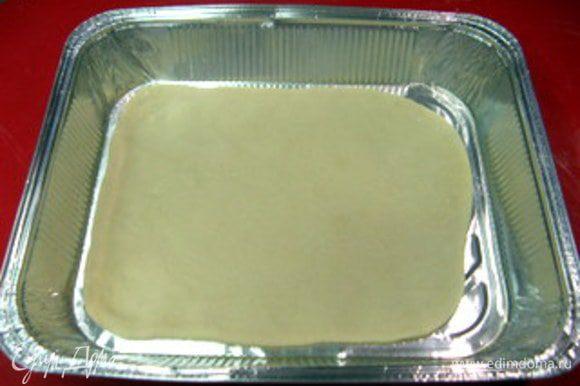 Поместить тесто в форму, смазанную маслом.