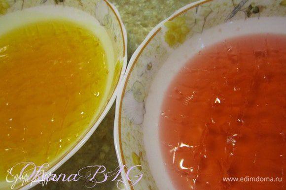 Согласно инструкции на пакетике приготовить апельсиновое и клубничное желе. Охлажденное желе порезать на небольшие кубики.