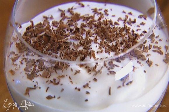 Шоколад натереть на мелкой терке и посыпать десерт.