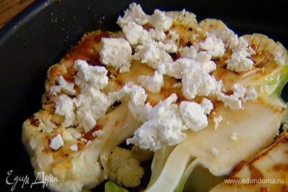 Выложить обжаренную капусту в противень в один слой, посыпать фетой и отправить под гриль на 5 минут.