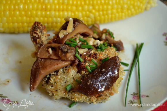 Сервируем грибы с соусом поверх нашей готовой курочки.И шнитт лук .