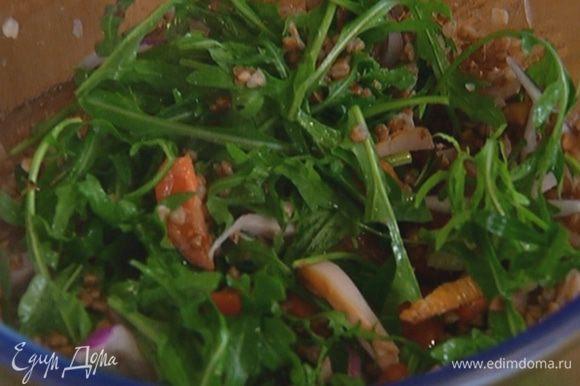 Полить салат заправкой и перемешать.