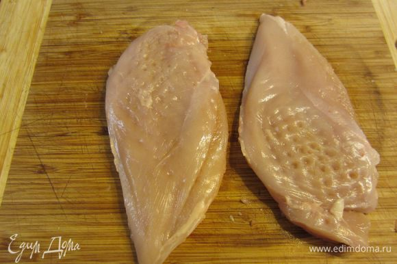 Отбейте мясо грудок так, чтобы выровнять толщину - около 1 сантиметра. Так курица прожарится более равномерно.