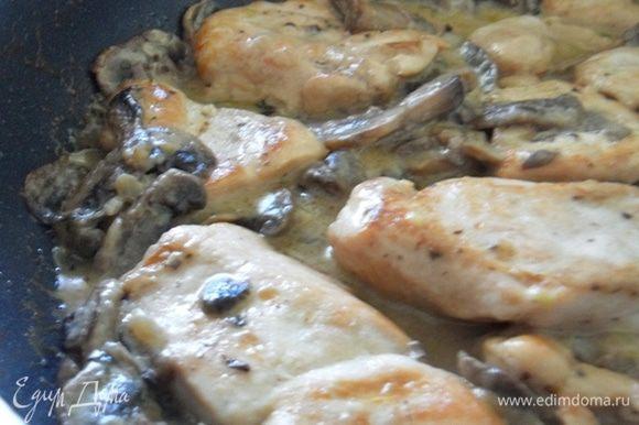 Когда соус закипит,выложить в него куриное филе и дать потушиться около 20 мин. Готово) Я подавала куриное филе с отварными спагетти, думаю,также вкусно будет с печеным картофелем или пюре) Экспериментируйте, не бойтесь, можно обойтись одной сметаной без сливок, можно наоборот, вливать только сливки, можно добавить натертый сыр или ломтики моцареллы. Я взяла золотую середину.