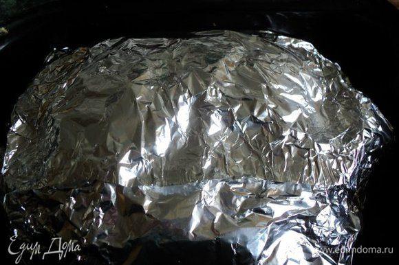 Обернуть мясо двумя слоями фольги, положить в форму для выпечки. Запекать в духовке при температуре 200 градусов 1час 15 мин. Затем фольгу сверху разрезать и зарумянить мясо в течении 15-20мин.