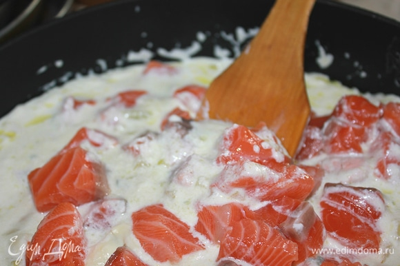 Добавить семгу и тушить, накрыв крышкой, минут 10-12 до готовности рыбы. Посолить, поперчить по вкусу.