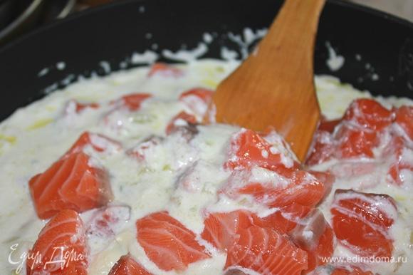 Добавить семгу и тушить, накрыв крышкой, минут 10–12 до готовности рыбы. Посолить, поперчить по вкусу.