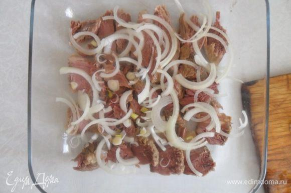 Луковицу нарезать полукольцами и выложить поверх мяса. Солим,перчим.