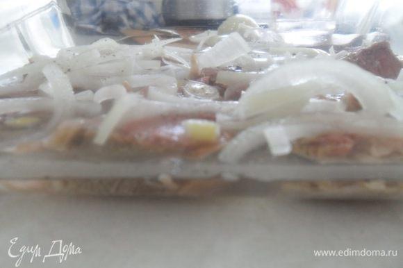 В полстакане воды растворить уксус, горчицу и залить мясо. Оставить мариноваться на 10-15 минут.