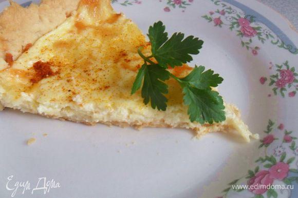 Достаем форму,выкладываем начинку и запекаем,пока сыр не покроется корочкой(20-30мин) при той же температуре. Наслаждаемся горячим,ароматным пирогом.