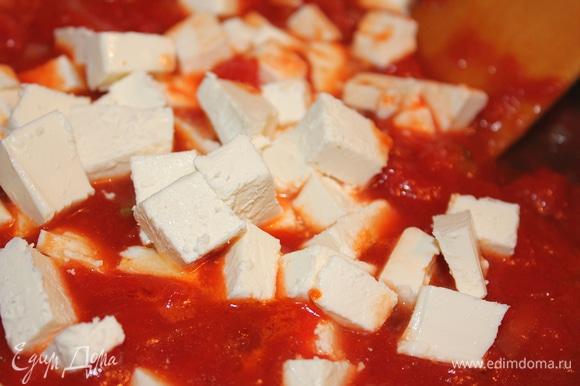 Добавить сыр к томатам и луку.