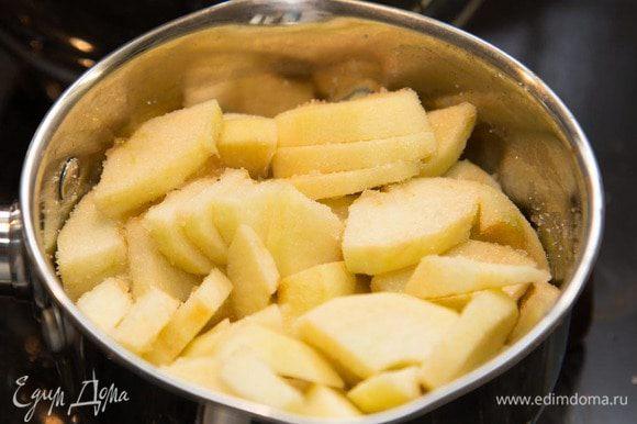 Готовим яблочный мусс: Почистить, порезать яблоки. Сложить в сотейник и добавить сахар и воду(чтоб яблоки не пригорели).