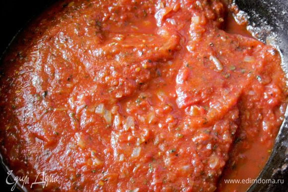 К луку добавить измельченные томаты, базилик. Тушить 8-10 мин.