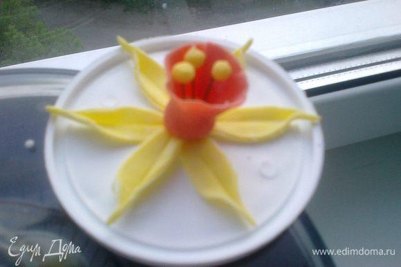 """Сделать из проволоки для цветов тычинки. На них насадить маленькие желтые шарики из мастики. И отправить их в серединку цветка. """"Колокольчик"""" соединить с лепестками. Цветок готов!"""