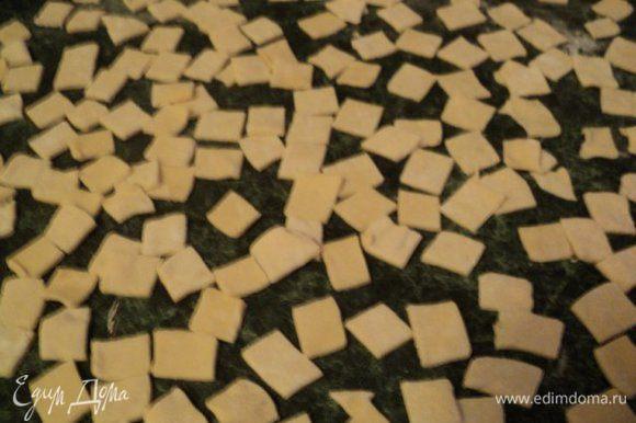 Затем тесто раскатать в пласт толщиной 2мми нарезать в виде квадратов 15х15мм, немного подсушить.