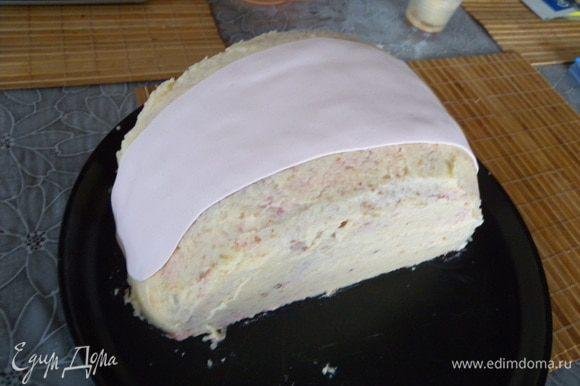 """Промазать торт. Часть белой """"ткани""""."""