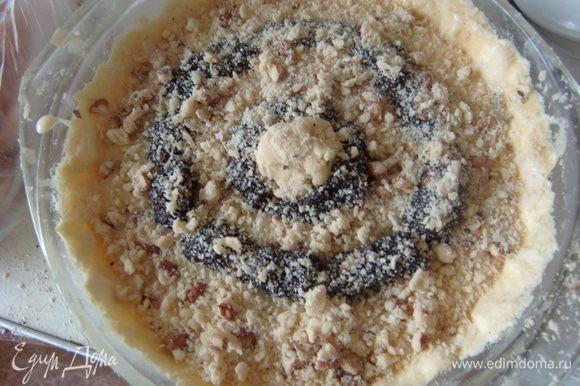 В оставшуюся мучную смесь нарубить орехи, смешать. Получившейся крошкой посыпать поверхность пирога.