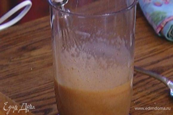 Яйца с сахаром, корицей и солью взбить миксером.