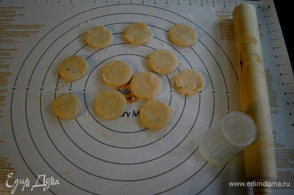Выложим на стол,слегка припудрим мукой и скалкой разровняем тесто. Не тонко.Вырежим из теста круги.
