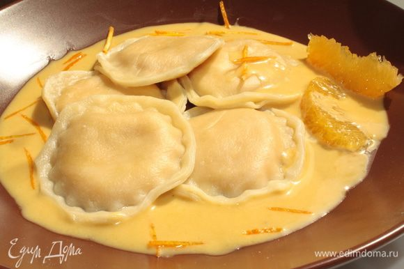 В подсоленной воде сварить равиоли.Выложить их на порционные тарелки,полить соусом и подавать.Приятного аппетита!
