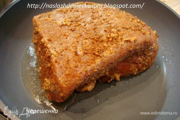Затем обжарить свинину с каждой стороны на топленом масле на сильно огне до золотистой корочки, примерно по 4-5 минут...