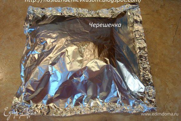 Упаковать обжаренное мясо в фольгу (блестящей стороной внутрь), заворачивая со всех сторон в несколько раз, чтобы сок, который будет выделяться при запекании не убежал… Мясо, упакованное в фольгу не должно касаться верхней стороны, т.е. нужно оставить около 5см сверху пустого места для воздуха, который будет там скапливаться…