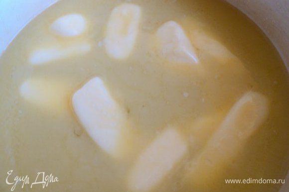Добавить масло порезанное кусочками и размешать до расплавления масла.