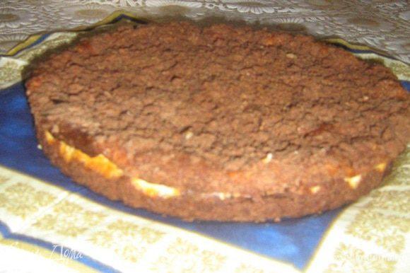 Готовый пирог остудить в форме 20 минут, затем осторожно переложить на тарелку.