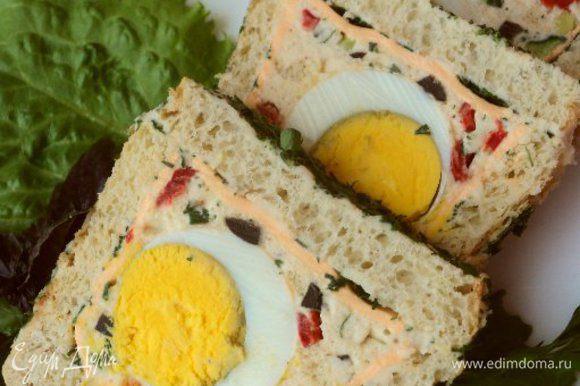 При подаче порезать хлеб ломтиками толщиной 1.5см и можно подавать. Приятного аппетита!