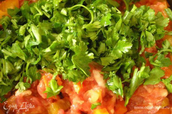 Затем добавить обжаренные овощи и нарезанную петрушку, перемешать.
