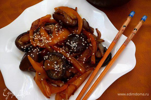 Огонь уменьшить и жарить 5-7 минут, периодически помешивая. Добавить соевый соус и красный жгучий перец. Перед подачей посыпать кунжутными семечками.