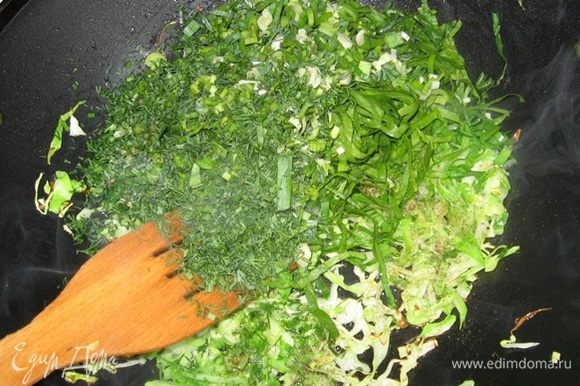 Затем солим капусту, перчим, высыпаем зелень, перемешиваем и еще минуту жарим все вмете