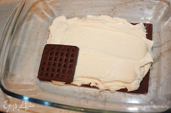 Снова слой шоколадного печенья. У меня ушло 18 штук.