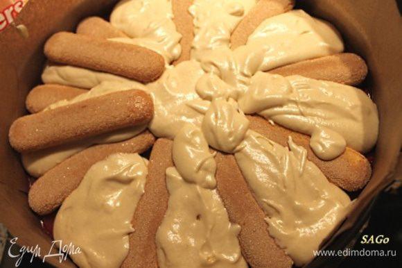 Так как некоторые привереды требуют побольше бисквита, то я решила уложить два ряда печенья. Да и срез таким образом будет красивей. Между первой раскладкой печенья выкладываем крем. А на него выкладываем второй ряд печенья.