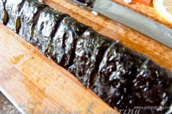 Переложить осторожно ролл на разделочную доску, нарезать на порционные кусочки.