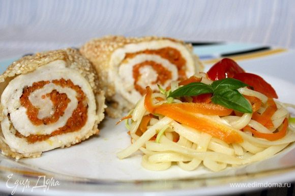 Готовые рулеты я подавала с тальолини и с такими же по форме полосками моркови и кабачка,тушёными на оливковом масле с конкасе из помидоров.Можно ограничиться овощным.))Приятного аппетита!