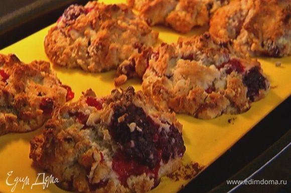 Разложить тесто в формочки для маффинов и отправить в разогретую духовку на 25–30 минут.