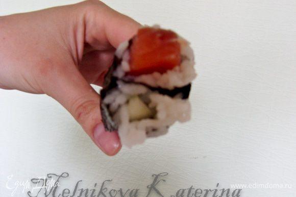 Затем сложить обе части и сформировать из них круглый ролл при помощи коврика для суши.