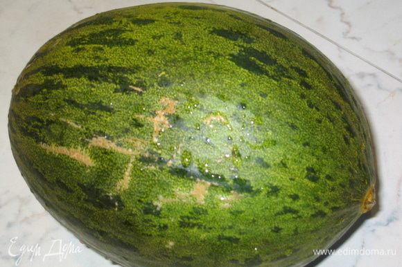 Все ингредиенты должны быть охлажденными. Дыню помыть и разрезать вдоль пополам