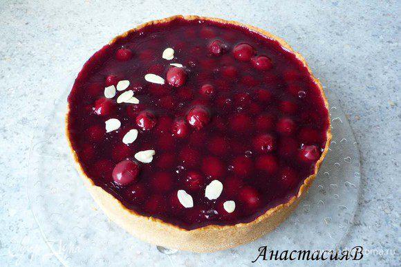 Достаем торт из формы. Посыпаем тертым миндальным орехом (можно его немного обжарить на сковороде без масла).