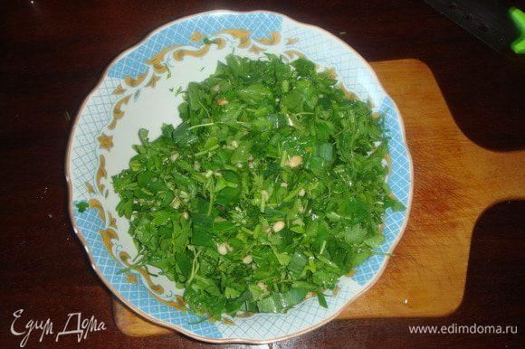 Выкладываем в глубокую тарелку идобавляем оливковое масло, немного соли и кедровые орешки