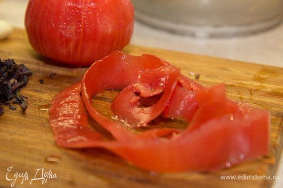 Теперь берем помидор и счищаем с него кожицу по спирали беспрерывно. Кожицу не выбрасываем, а убираем пока в холодильник в контейнере, чтоб не заветрелась.