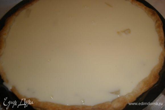 Выложить на тесто ананасы, разровнять и залить все сметанно-яичной массой.Отправить в духовку на 20 минут. Выпекать при температуре 180 градусов.