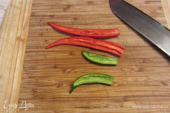 Нам важен вкус перцев чили, а не острота. Поэтому удалите семена и перегородки внутри перца, разрезав перец вдоль и соскоблив ножом содержимое.