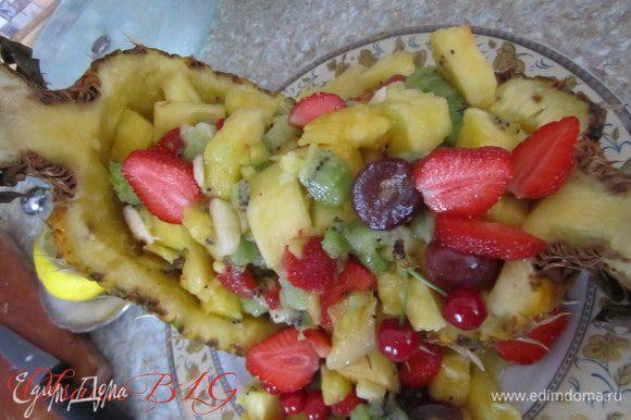 Выложить в средину фрукты. По желанию можно добавить шарики мороженного.