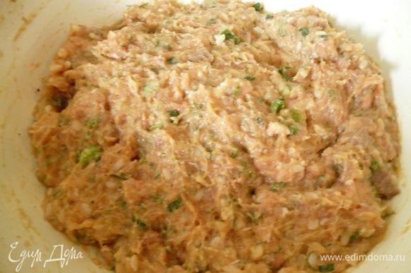 Затем слить воду и добавить к фаршу,добавить мелко нарезанную зелень и хорошо перемешать и поставить в холодильник.