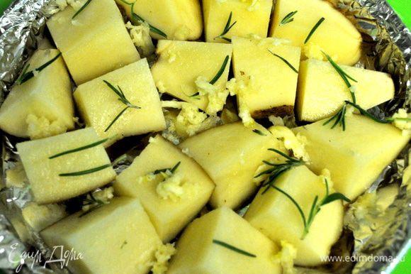 Подготовить за это время картофель,если крупный порезать, посолить и поперчить,чеснок раздавить и обмазать им картофель,розмарин уложить на картофель.