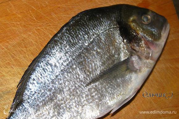 Рыбу помоем, почистим, удалим жабры и внутренности.