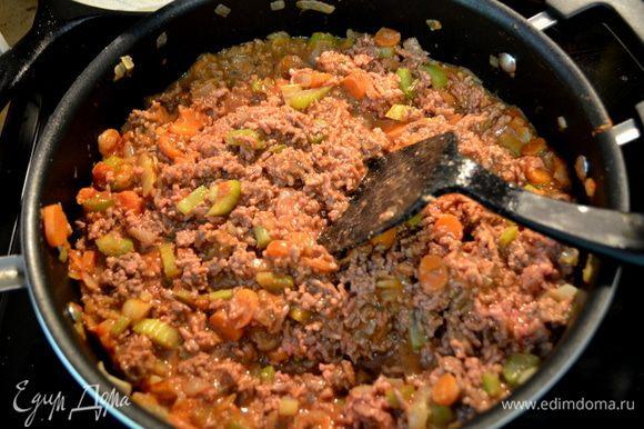 Добавить затем муку и томат. пасту, перемешать 1мин.Затем добавим фарш говяжий и 1 стак.воды.Помешивать.