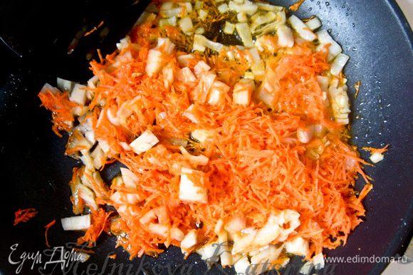 Мелко нарезать лук, морковь натереть на мелкой терке, мелко нарезать грибы. На растительном масле пассеровать несколько минут лук, добавить морковь с грибами и также пассеровать несколько минут. Добавить мелко нарезанный чеснок.